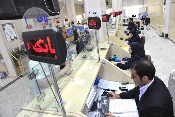 حمله دوجانبه به بانکها